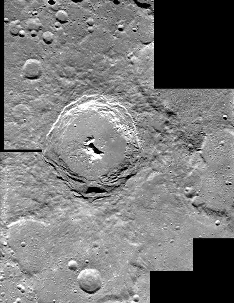 Cráter Pitágoras fotografiado por la sonda Smart el 29 de diciembre de 2004